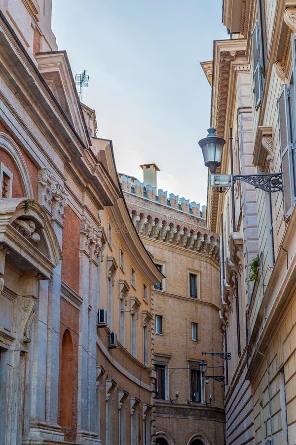 Gammal och liten central gata av Rome, Italien royaltyfria foton