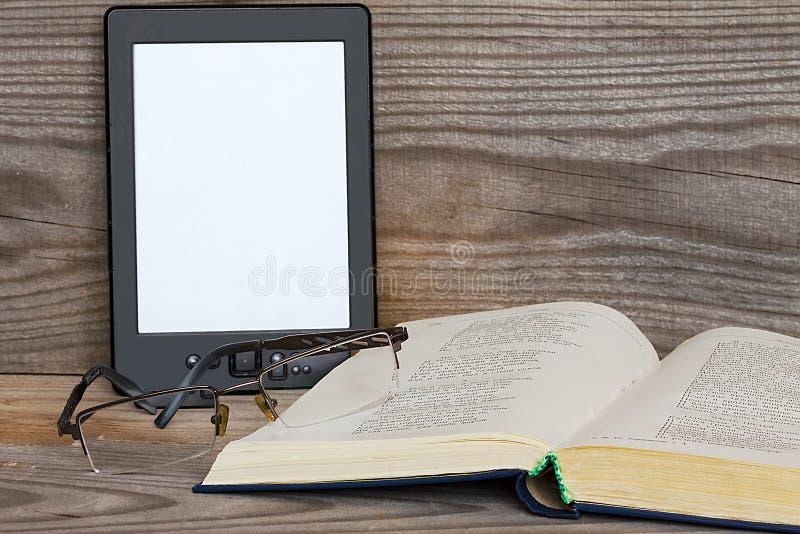 Gammal och modern ebook arkivfoto