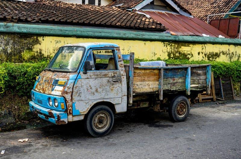 Gammal och rostig lastbilbil i Jogjakarta Indonesien arkivbild