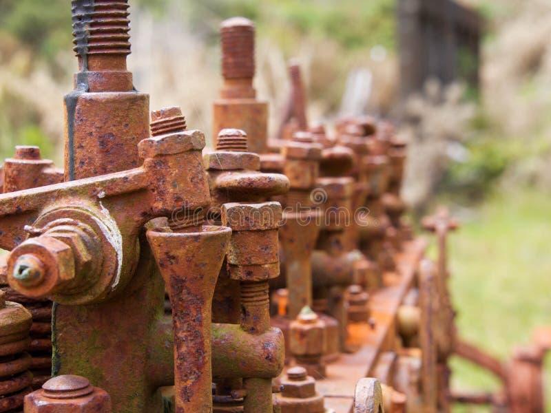 Gammal och rostig motornärbild på att charma liten vik, Nya Zeeland royaltyfri foto