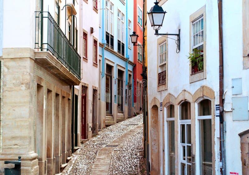 Gammal och smal gata i Coimbra, Portugal royaltyfri bild
