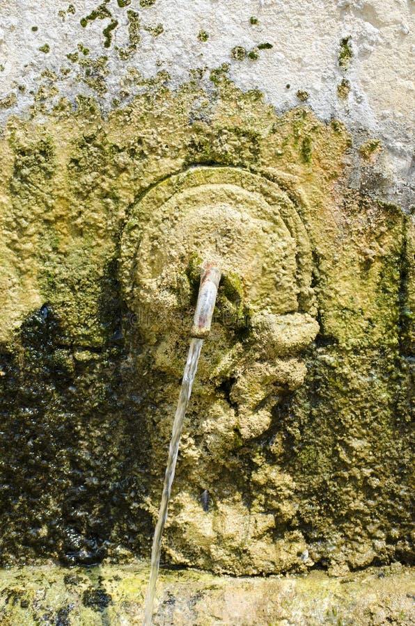 Gammal offentlig vattenspringbrunn arkivfoto