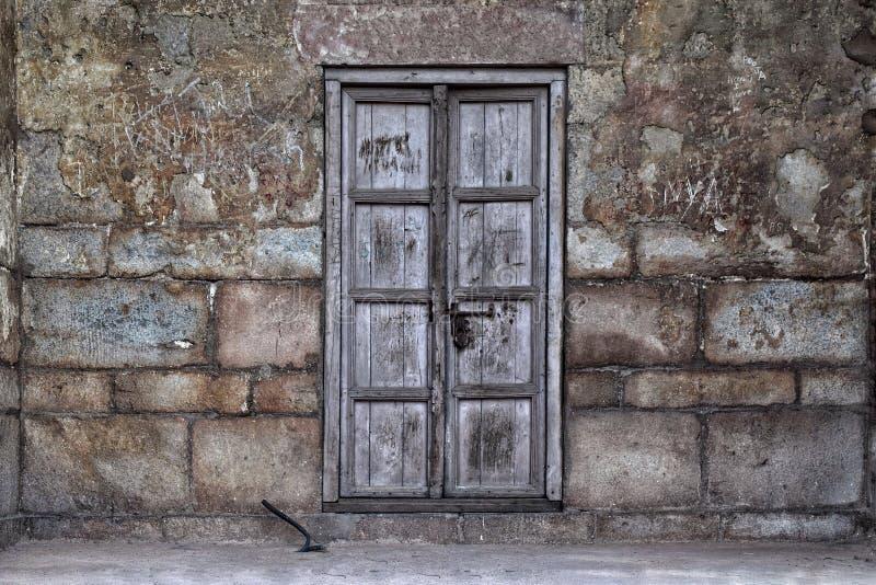 Gammal ojämn dörr royaltyfri foto