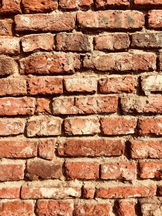 Gammal ojämn vägg för röd tegelsten royaltyfri fotografi