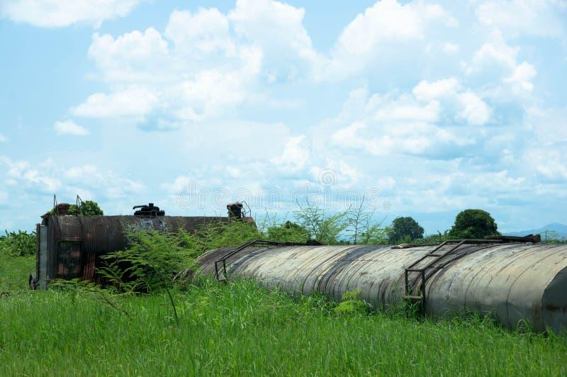 Gammal olja tank arkivfoto