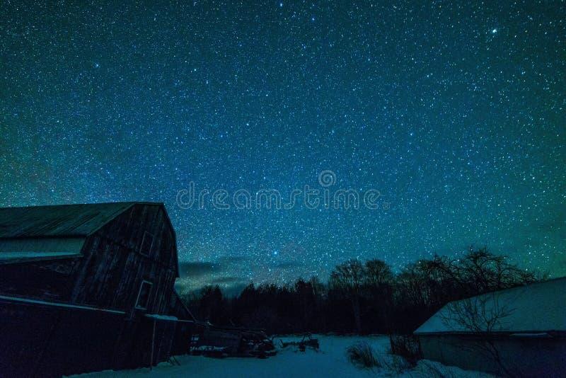 Gammal Ontario ladugård och nattstjärnorna royaltyfria foton