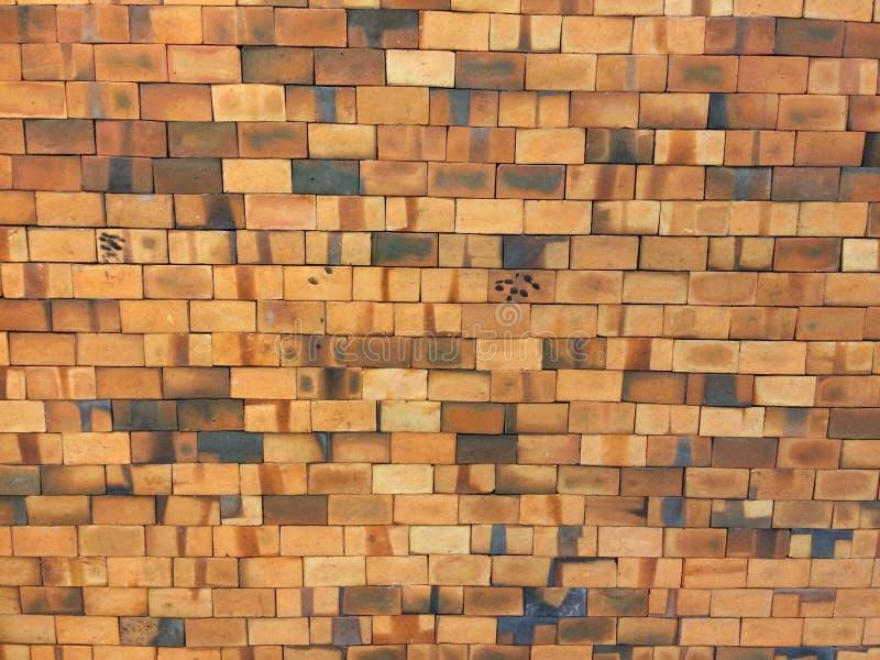 Gammal orange tegelsten för väggar eller väggar royaltyfria foton