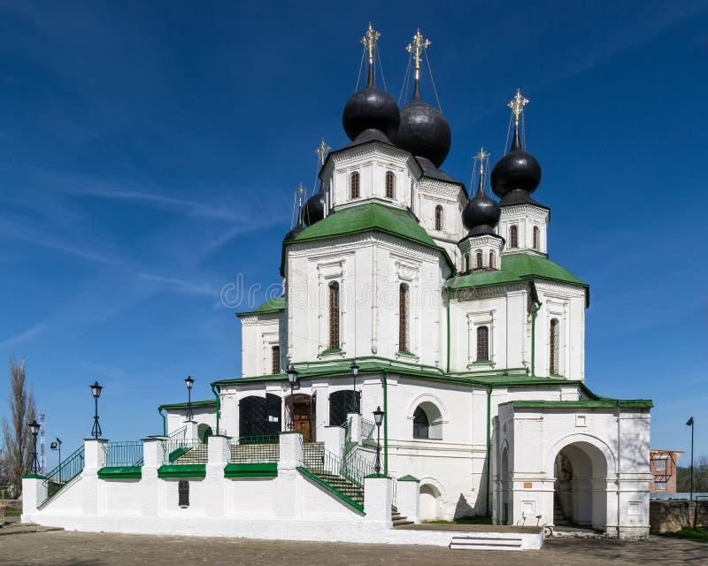 Gammal ortodox kyrka med vita väggar och det gröna taket mot den blåa himlen arkivbilder