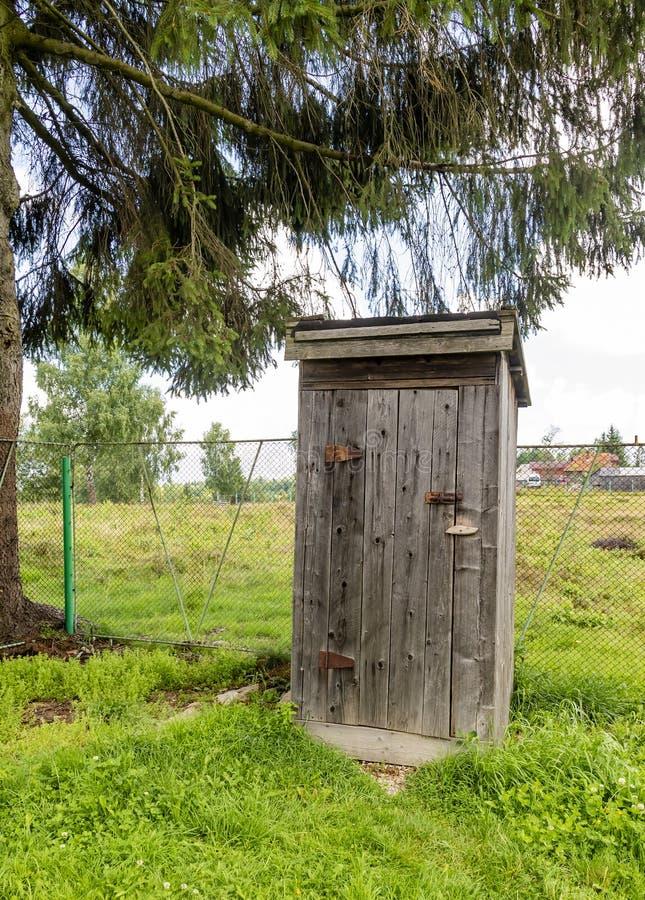 gammal outhouse arkivbilder