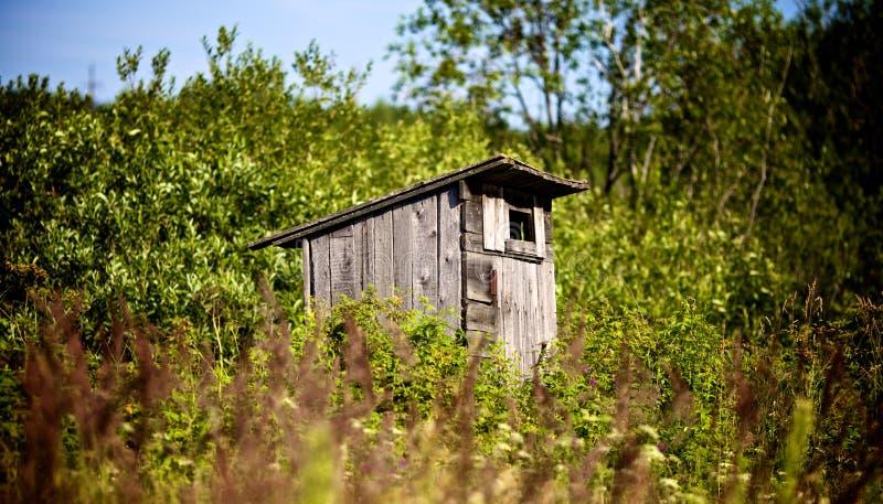 gammal outhouse som väntar dig royaltyfria foton