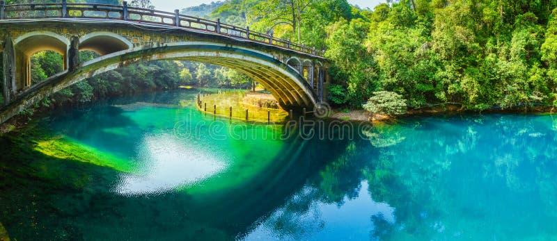 gammal over flod för bro royaltyfria foton