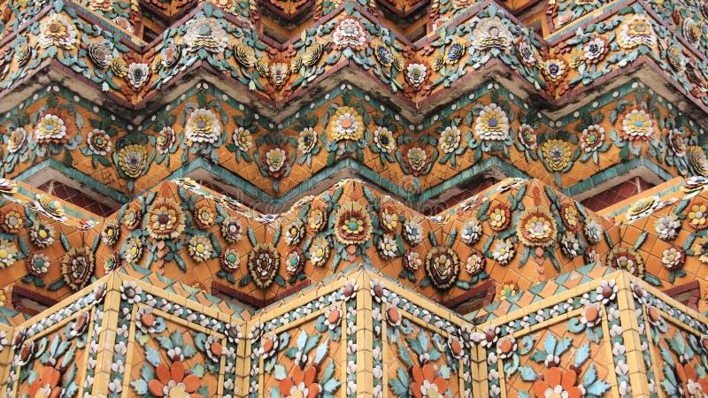 Gammal pagod som smyckas med färgrika keramiska och glasade tegelplattor royaltyfri foto