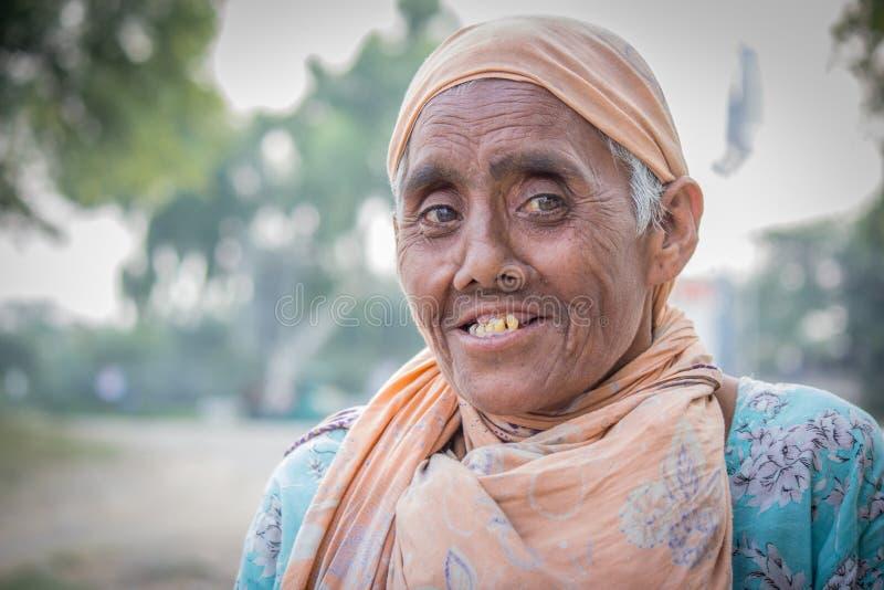 Gammal pakistansk kvinna som tigger på gatan arkivbilder