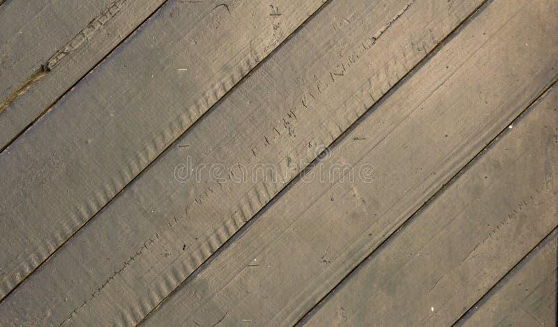 Gammal paneled trädörr; rostigt och ridit ut f?r kupatextur f?r bakgrund brunt tr? fotografering för bildbyråer