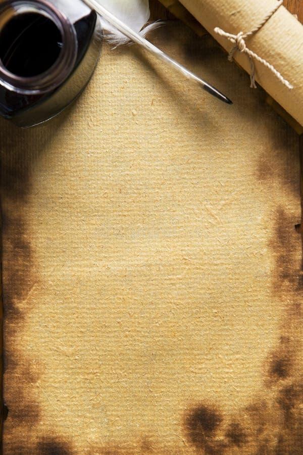 gammal paper träpennquillscroll royaltyfria foton