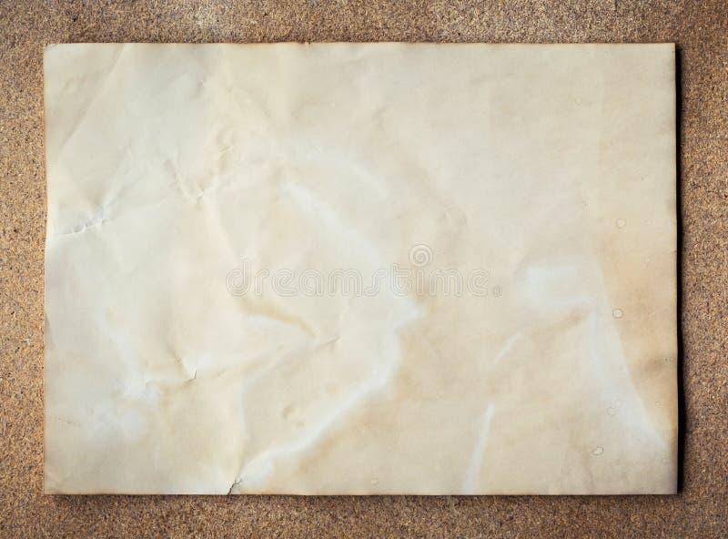 Gammal pappers- textur på korkbrädebakgrund med utrymme royaltyfria bilder