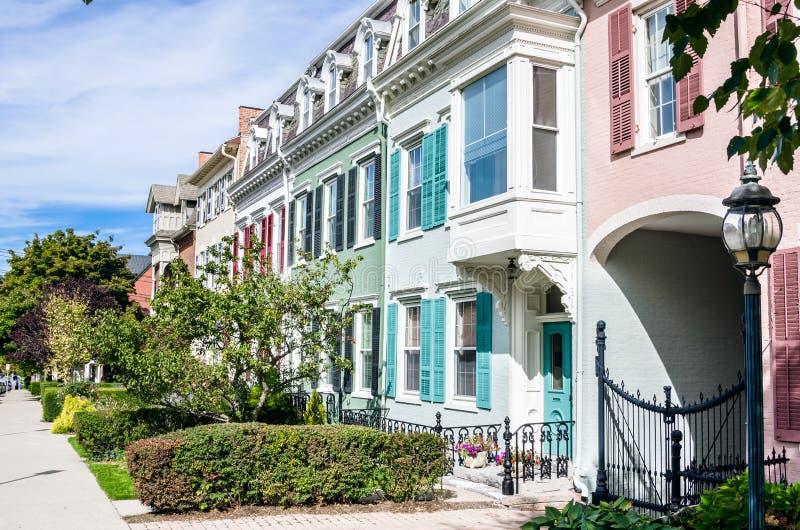 Gammal pastell färgade terrasserade hus på en Sunny Day fotografering för bildbyråer