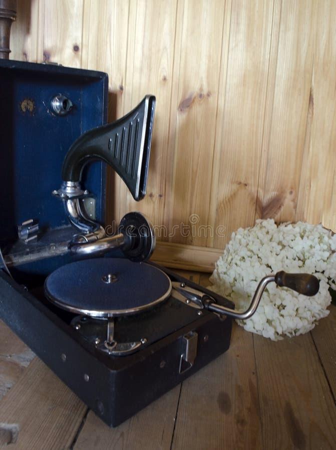 Gammal patephone på träbakgrunden fotografering för bildbyråer