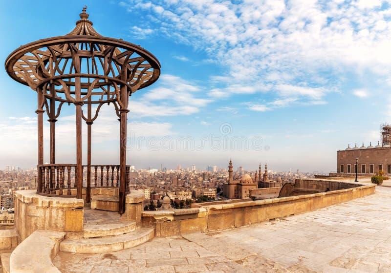 Gammal paviljong på citadelltaket och moskén-Madrassa av Sultan Hassan på bakgrunden, Kairo, Egypten arkivfoton