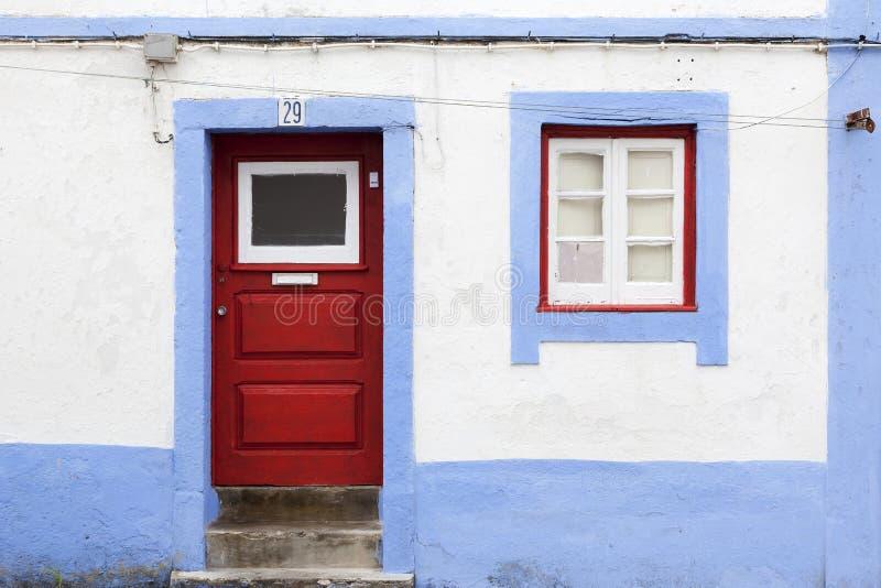 Gammal portugisisk fasad med dörren och fönstret royaltyfria bilder