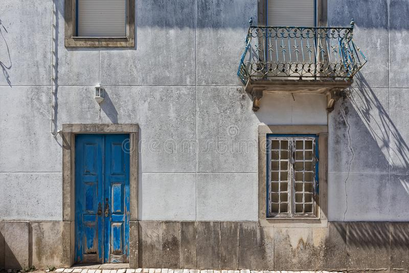 Gammal portugisisk husfasad med den blåa dörren fotografering för bildbyråer