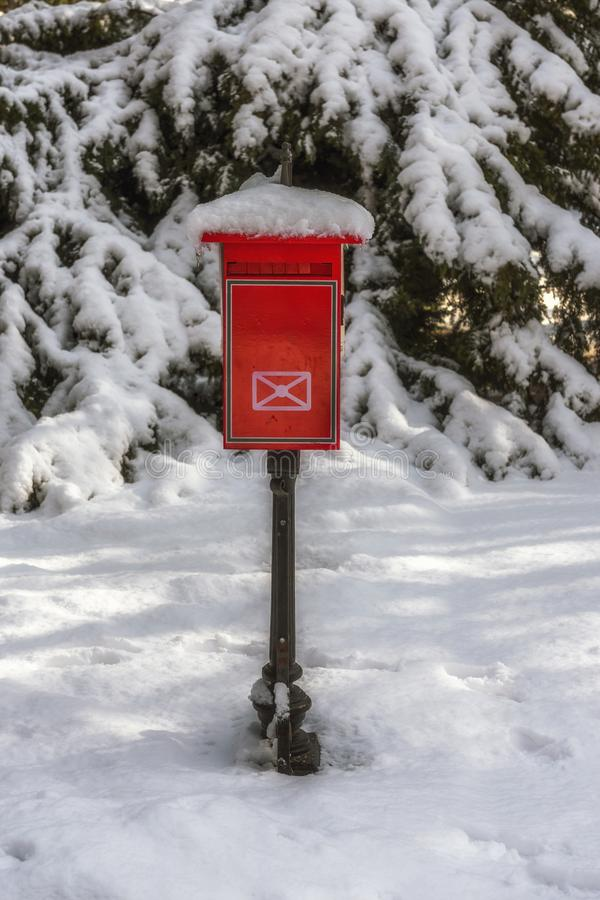 Gammal postbox i vinter fotografering för bildbyråer