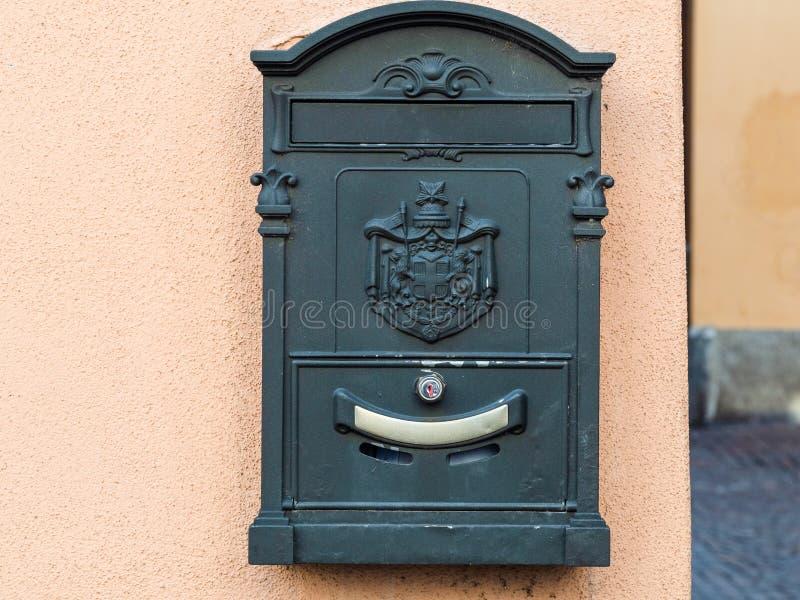 gammal postbox på väggen av det stads- huset i Lecco arkivbild
