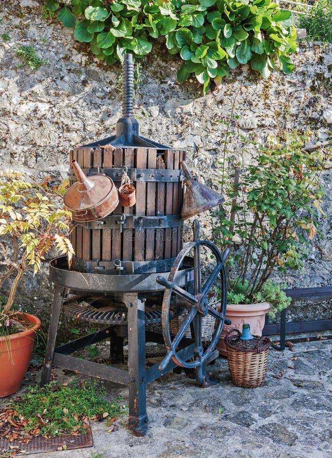 Gammal press för vin arkivbild
