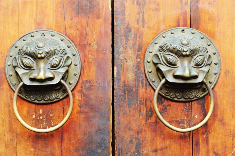 gammal prydnad för kinesisk dörr arkivfoto