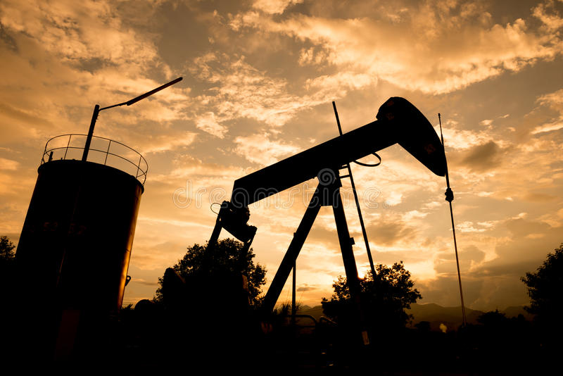 Gammal pumpjack som pumpar råolja arkivfoton