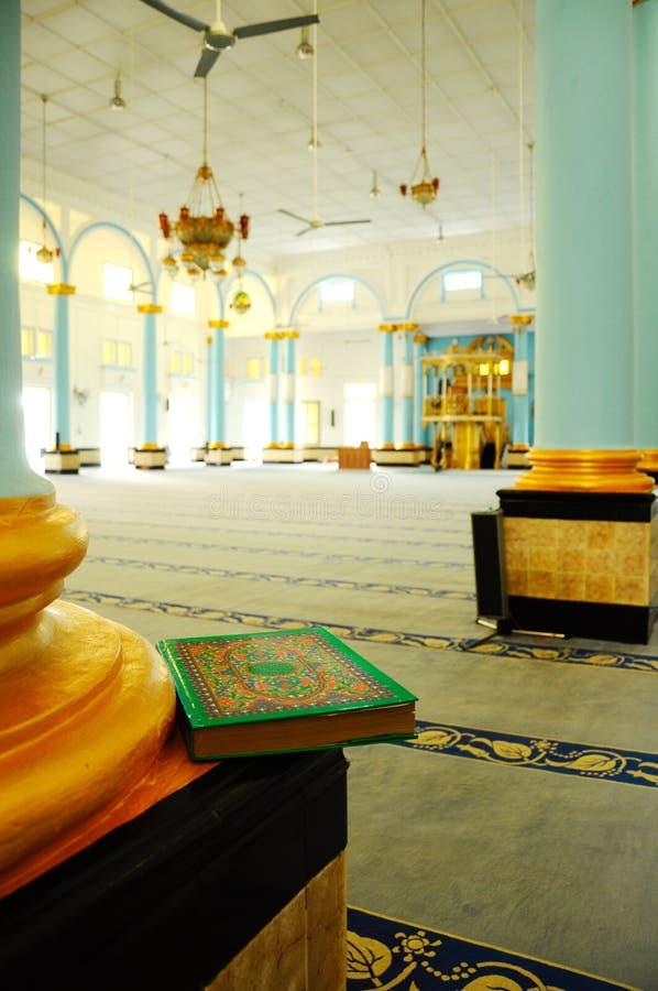 Gammal Quran på Sultan Ibrahim Jamek Mosque på Muar, Johor royaltyfri bild
