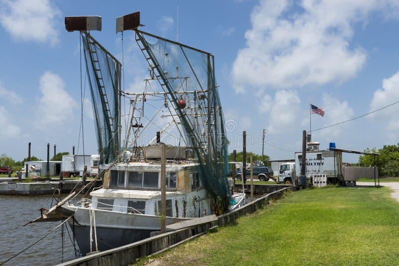 Gammal räkatrålare i en port i bankerna av Lake Charles i staten av Louisiana royaltyfria foton