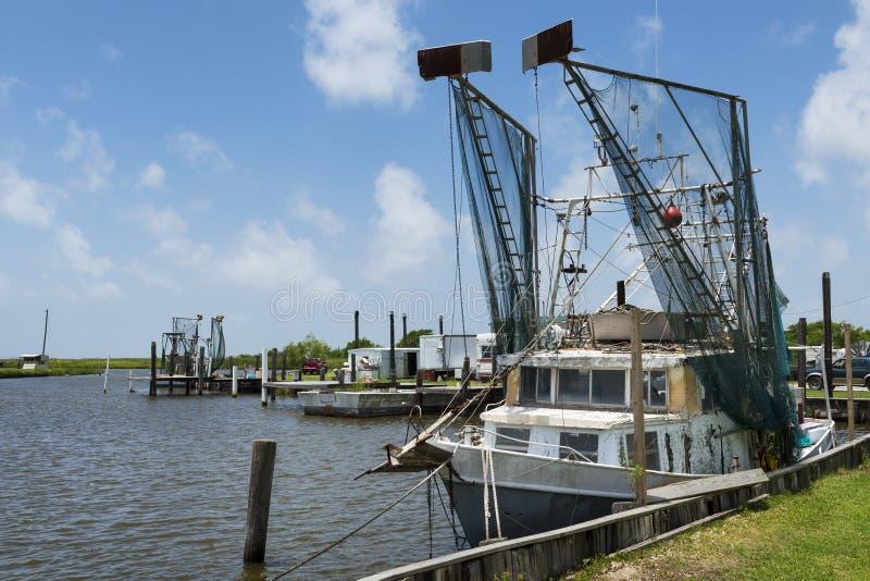 Gammal räkatrålare i en port i bankerna av Lake Charles i staten av Louisiana royaltyfri fotografi