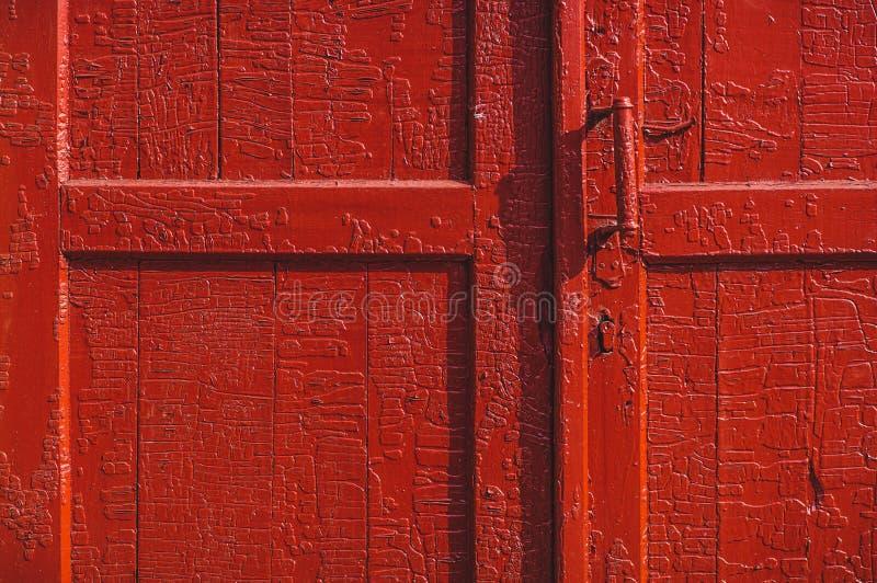 Gammal röd dörr arkivfoto