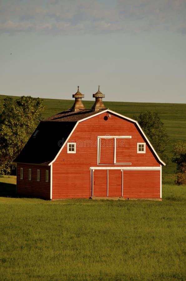 Gammal röd höft taklagd ladugårdframdel arkivbild