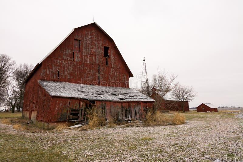 Gammal röd ladugård efter en morgondamning fotografering för bildbyråer