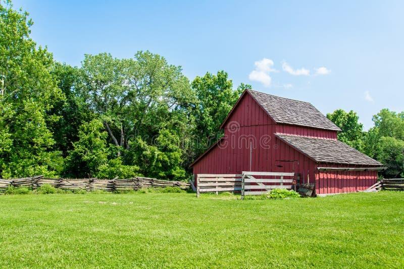 Gammal röd ladugård på en lantgård royaltyfri foto