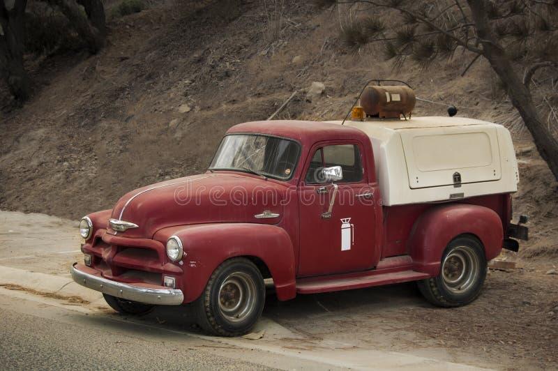 gammal röd lastbil för brand arkivfoto