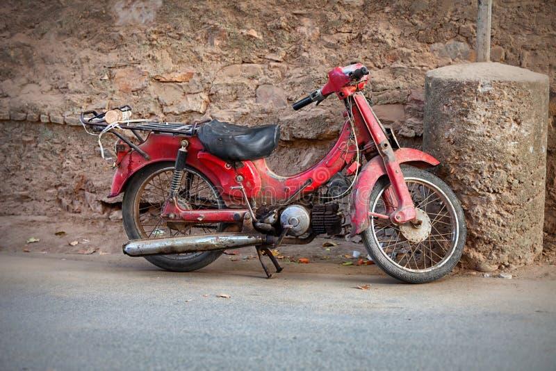 Gammal röd moped arkivfoton