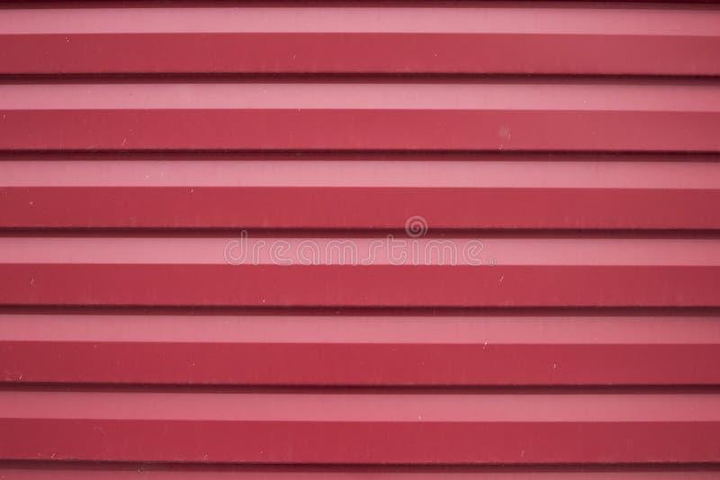 Gammal röd Riffle utanför väggen royaltyfri fotografi