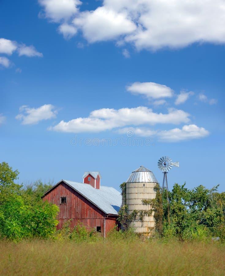 gammal röd silo för ladugård arkivbilder