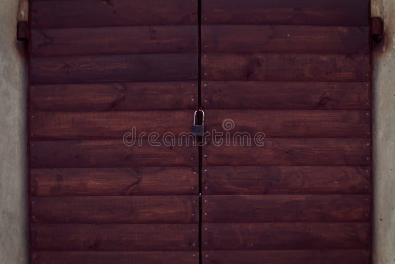 Gammal röd trädörr med låset trädemaged trä för golvgrungetextur royaltyfria bilder