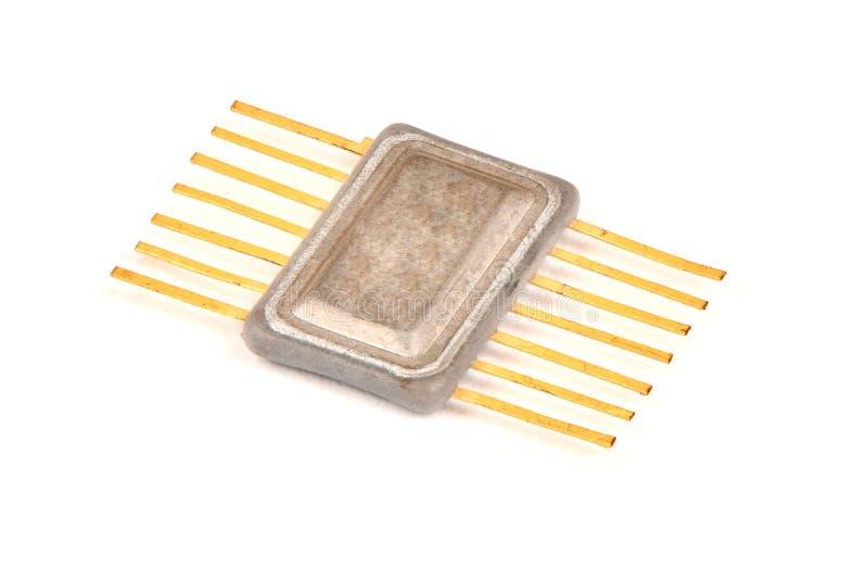 Gammal radio en del, en inbyggd chip i metallfallet med kontakterna som täckas med guld arkivfoton