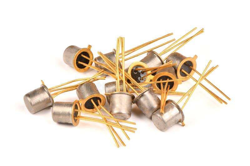 Gammal radiodel, halvledaretransistorn med kontakterna som täckas med guld arkivbild
