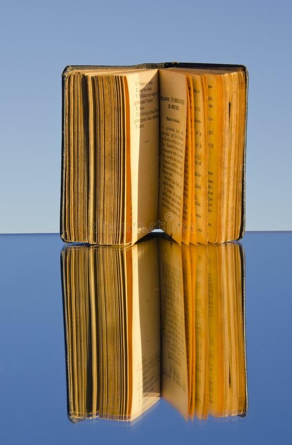 gammal reflexion för bokspegel arkivfoton