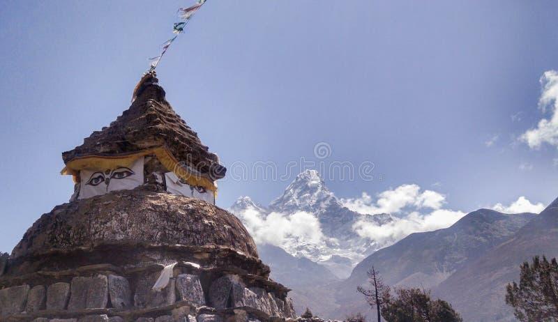 Gammal relikskrin i Himalayas Nepal fotografering för bildbyråer