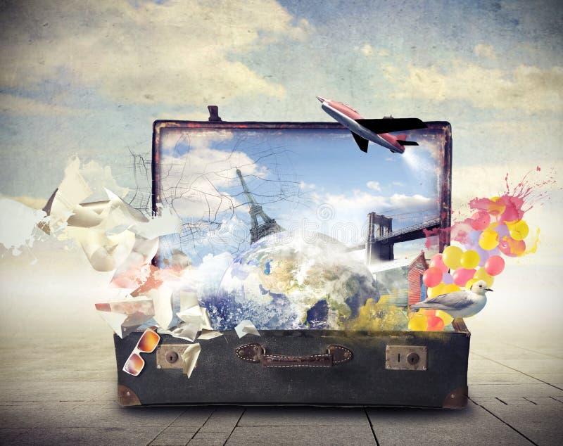 Gammal resväska mycket av minnen arkivbilder