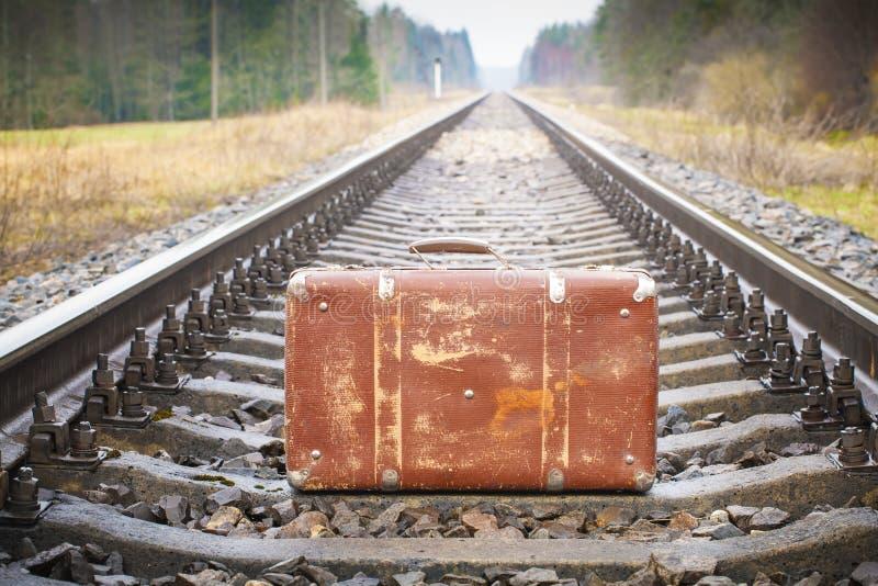 Gammal resväska på järnvägen royaltyfria bilder