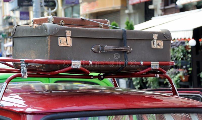 Gammal resväska på taket av bilen arkivbilder