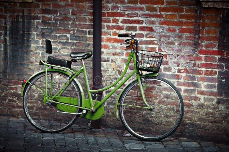 Gammal retro bycicle i Italien arkivfoto